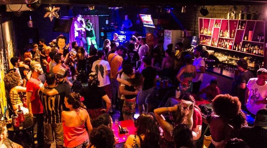 Grafitti Bar é bastante procurado para festas de aniversários e eventos, tendo um amplo salão no piso inferior, com palco, mesas e cadeiras | Foto: Divulgação