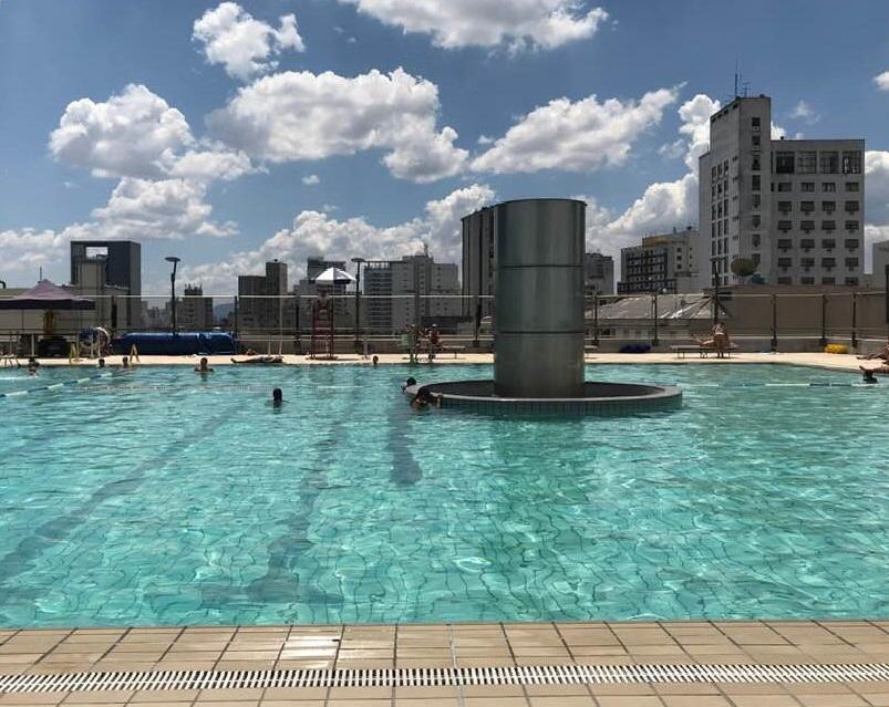 A piscina do Sesc 24 de Maio, que fica no 13º andar do edifício, tem 600m²,capacidade para 400 pessoas | Foto: Divulgação
