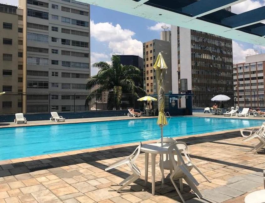 Clube Piratininga tem cadeiras e guarda-sóis ao redor da piscina e permite que os visitantes levem comida de casa | Foto: Divulgação