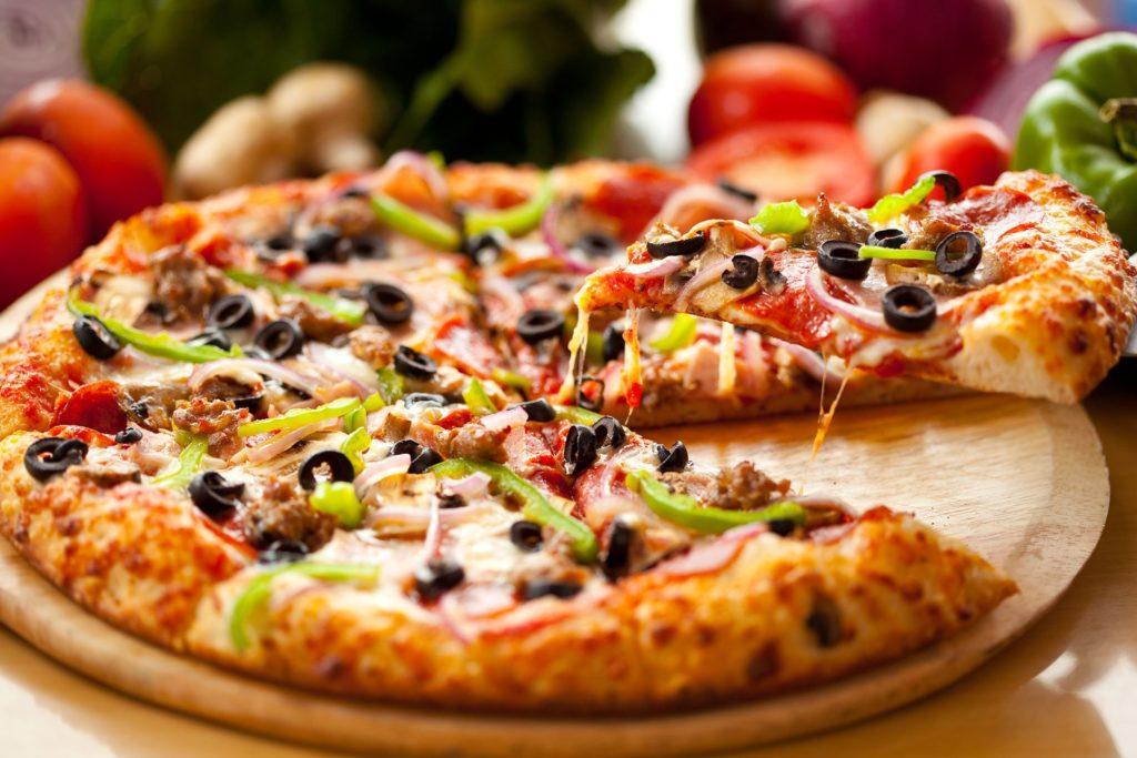 Todo dia é melhor evitar, mas quem resiste a esse prazer de vez em quando? Pizzas figuram na lista de comidas favoritas de muita gente | Foto: Banco de Imagens